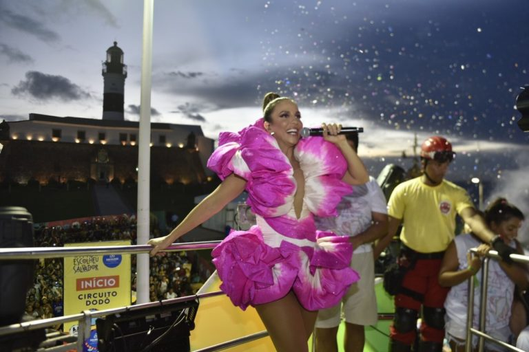 Caixas de isopor de ambulante quebram em desfile de Ivete e cantora para trio para ajudar: 'Não chore que vou comprar'