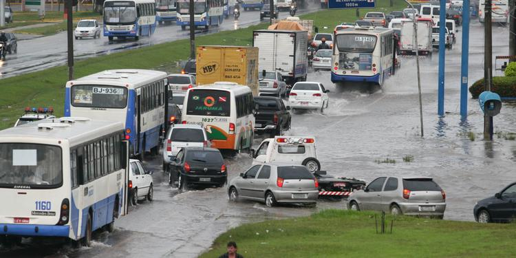 Read more about the article Motorista que molhar pedestre ao passar por poça d'água deve ser multado, diz Detran