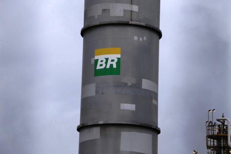 Read more about the article Petrobras anuncia nova redução no preço da gasolina; queda no mês chega a 19%