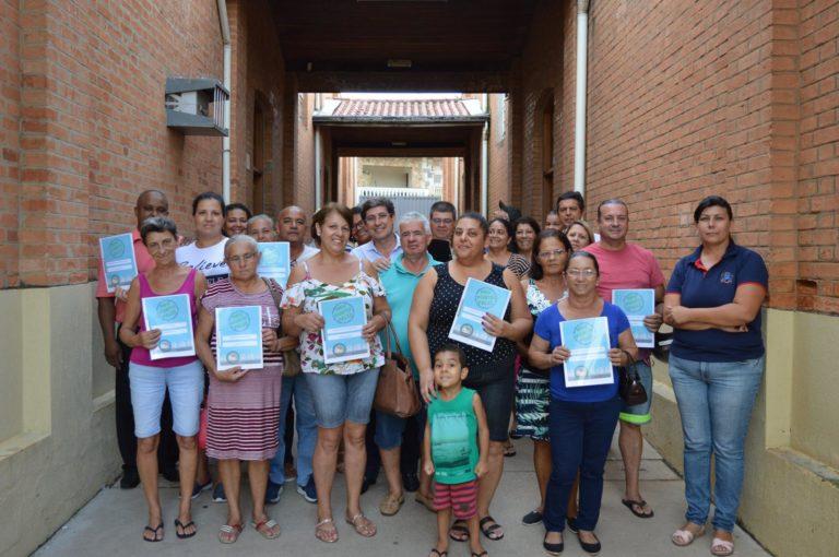 Prefeito de Porto Feliz faz entrega de 30 casas próprias