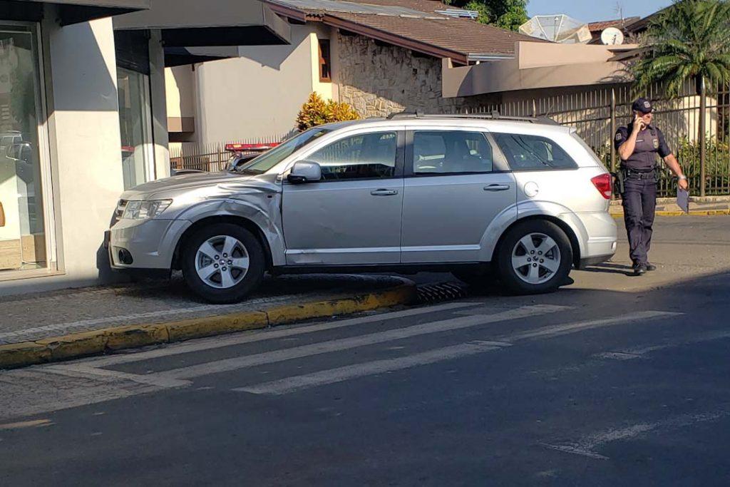 You are currently viewing Carro para na calçada após colisão em cruzamento em Capivari