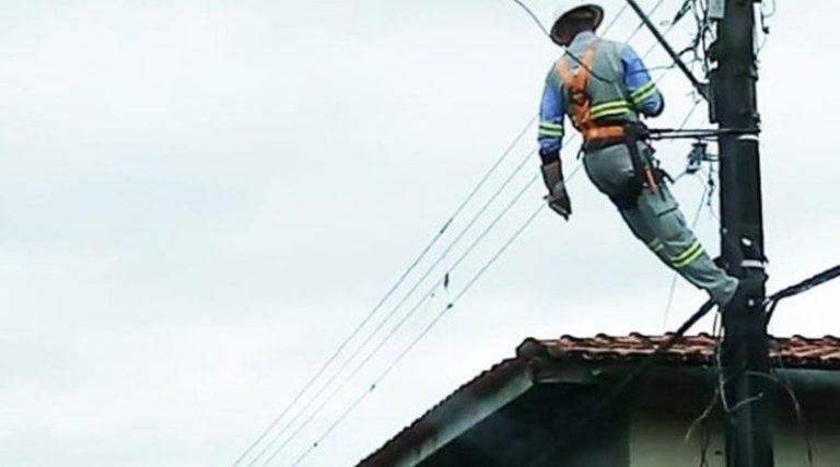 Consumidor tira escada e deixa funcionário da Celpa pendurado em poste