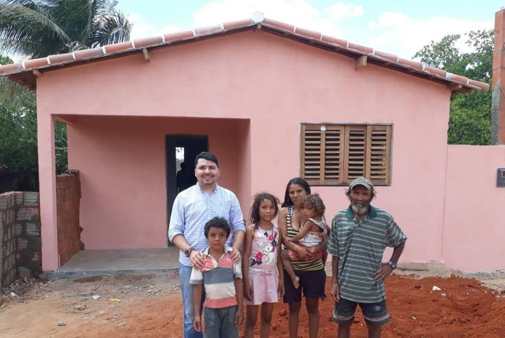 You are currently viewing Padre entrega casa feita com dinheiro do dízimo para família carente