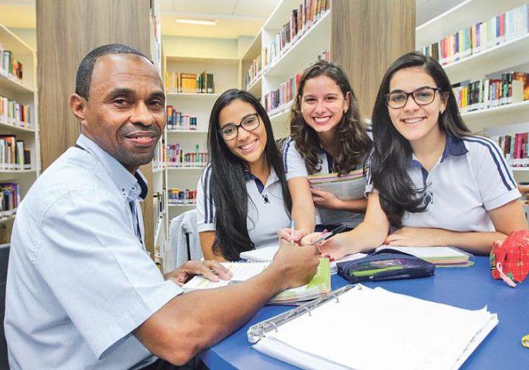 Read more about the article Alunas ensinam porteiro da escola e ele passa na faculdade