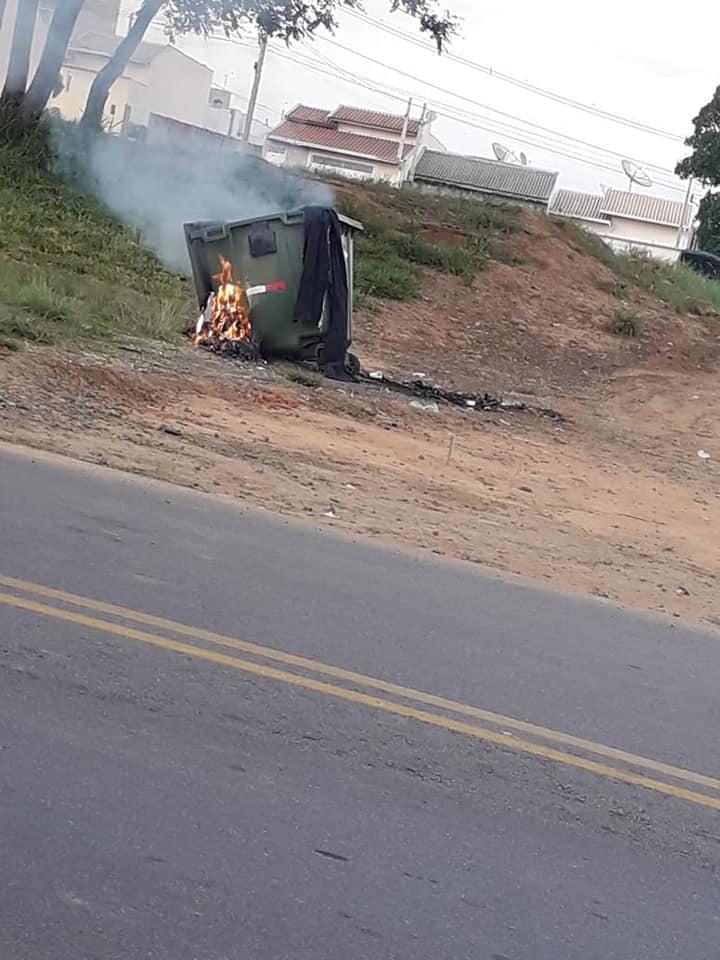 VANDALISMO: lixeiras públicas são queimadas em Elias Fausto