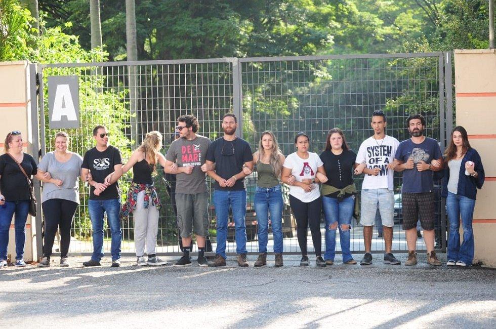 You are currently viewing Grupo protesta em frente ao zoo contra a transferência de chimpanzé