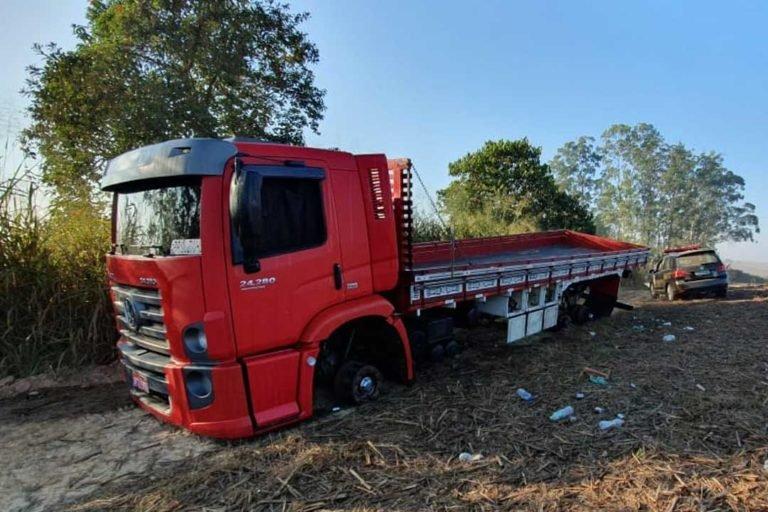 Grupo amarra caminhoneiro e rouba 11 pneus de caminhão em Capivari