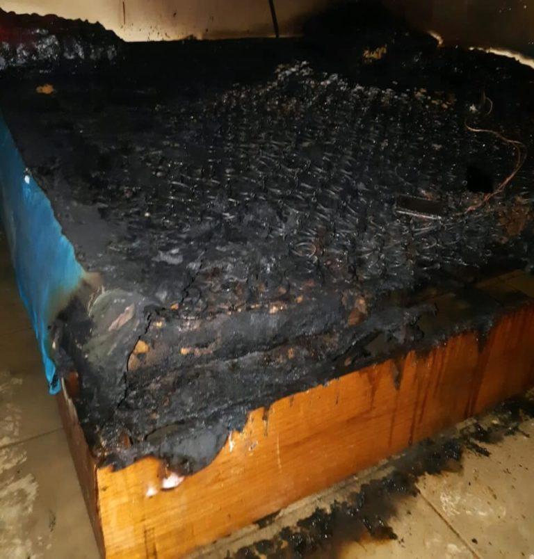 Celular carregando na cama causa incêndioem residência