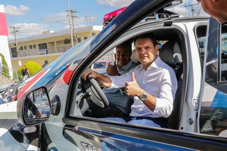 You are currently viewing Prefeito Thiago Assis entrega duas novas viaturas para guarda municipal